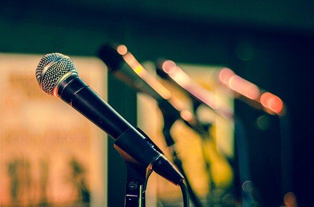 Micrófono y púlpito
